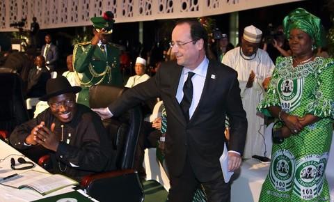 Les-presidents-nigerian-Goodluck-Jonathan-et-francais-Francois-Hollande